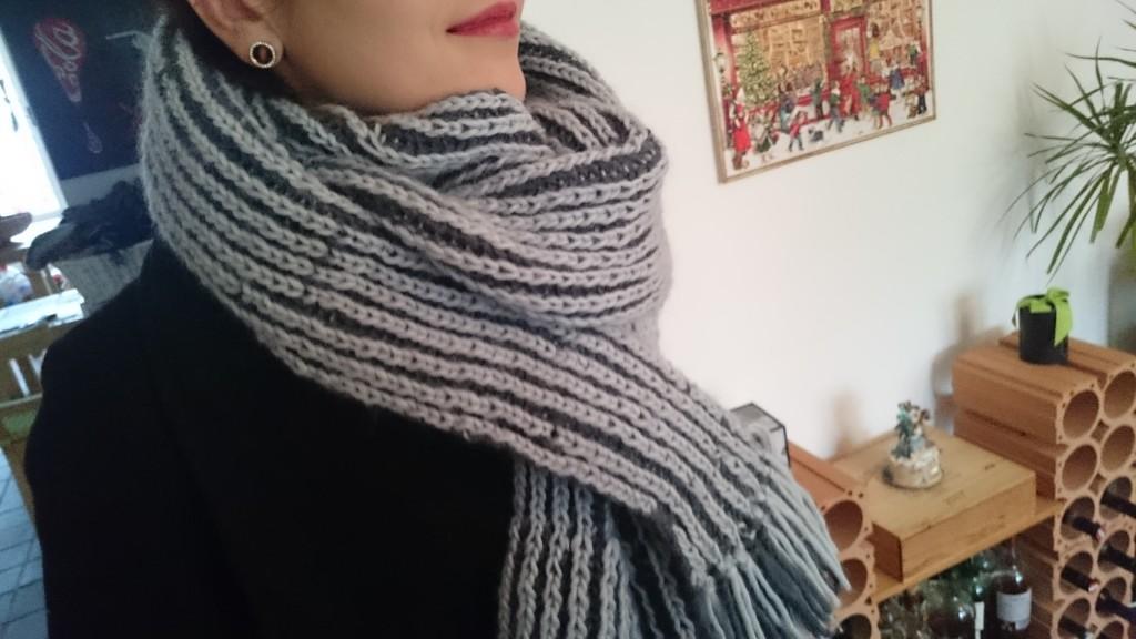 Zweifärbiger Schal im Patentmuster, Seitenansicht